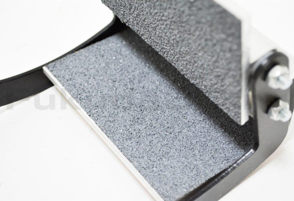 Захват для переноски листового материала имеет резиновую поверхность