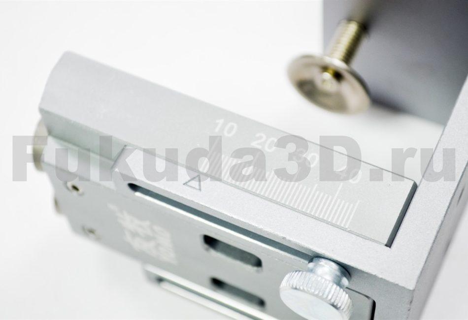 Мебельный кондуктор для сверления под косой шуруп имеет шкалу толщины заготовки